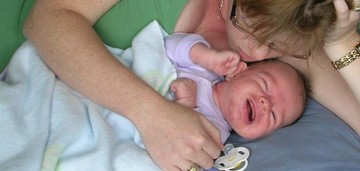 El dolor de oídos despierta al niño
