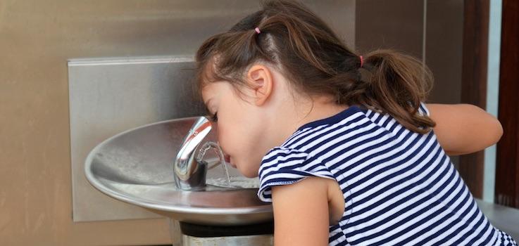 Agua del grifo o embotellada en niños