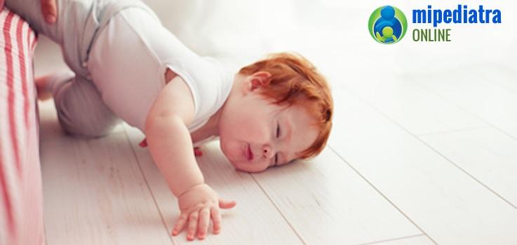 Qué hacer si un bebé se cae de la cama