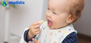 ¿Es bueno o peligroso dar a un bebé sin dientes alimentos sólidos?