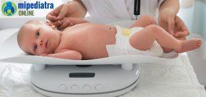 Entender los percentiles de peso en los bebés.